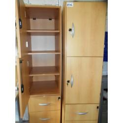 Meuble en bois tiroirs et placards